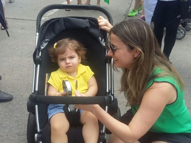A administradora Marcela Tavares levou a filha, Marina, de 1 ano e três meses, para o protesto na Avenida Boa Viagem, no Recife (Foto: Katherine Coutinho / G1)
