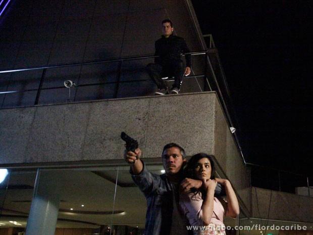 Tenentes armam emboscada e Rodrigo surge de surpresa (Foto: Flor do Caribe / TV Globo)