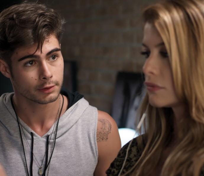 Léo Régis tenta se explicar para Diana diante de vídeo em que a chama de 'velha' (Foto: TV Globo)