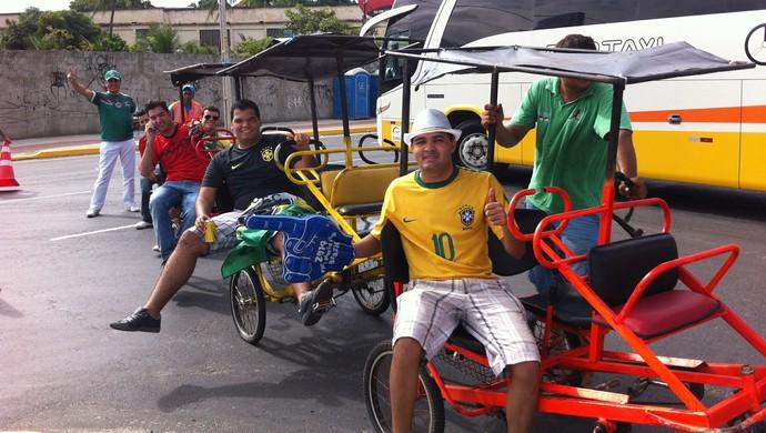 Mexicanos e brasileiros pegam carona no bicicletáxi (Foto: João Marcelo Sena)