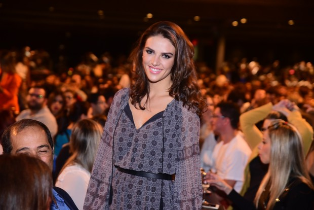 Monica Benini, mulher de Junior Lima, assiste ao show de Sandy em São Paulo (Foto: Leo Franco / AgNews)