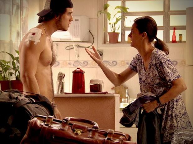 Janaína junta as trouxas e vai embora com o filho Lúcio (Foto: Avenida Brasil/TV Globo)