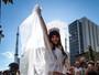 Alessandra Negrini usa look sexy em bloco em São Paulo cheio de famosos