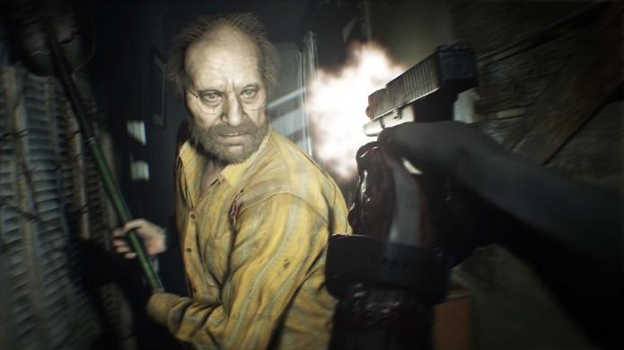 Nem mesmo sua arma pode parar Jack, o pai da família Baker em Resident Evil 7 (Foto: Reprodução/Gematsu)