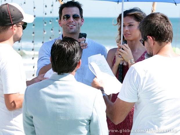O diretor Leo Nogueira ensaia com Henri Castelli, Grazi Massafera e Bruno Gissoni (Foto: Flor do Caribe/TV Globo)