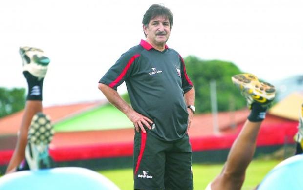 René Simões, ex-técnico do Atlético-GO (Foto: Renato Conde / O Popular)