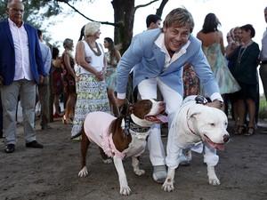 Theo Becker com os cachorros Jhenny e Tcha Tcha (Foto: Marcos Serra Lima/EGO)