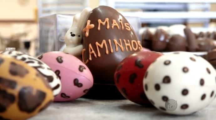 Durante a gravação, o pessoal preparou ovos de Páscoa customizados para o Mais Caminhos (Foto: reprodução EPTV)