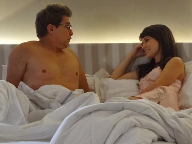 Felipe leva ao susto ao acordar ao lado de Carolina (Foto: Guerra dos Sexos / TV Globo)