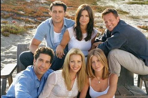 Nesta foto de divulgação de 'Friends', a atriz já aparece com o caleo longo, parecido com o que usa atualmente (Foto: Divulgação)