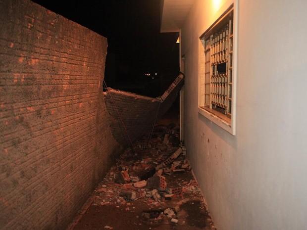Muro de casa caiu com a força do vento em São Carlos (Foto: Maurício Duch/ folharegiao.com.br)