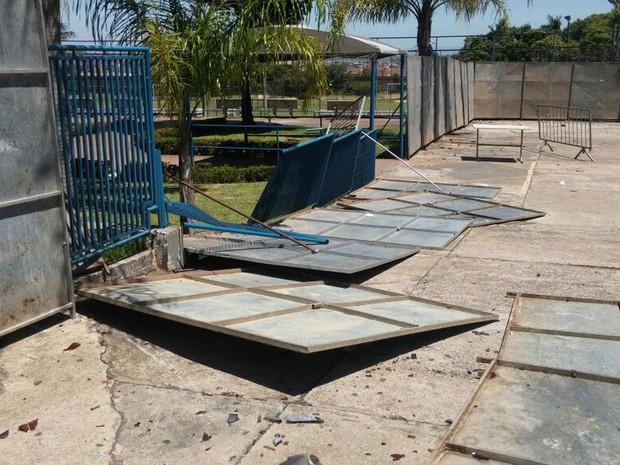 Grades também foram derrubadas no Atlético, em Piracicaba, onde seria show do MC Kauan (Foto: Araripe Castilho/G1)