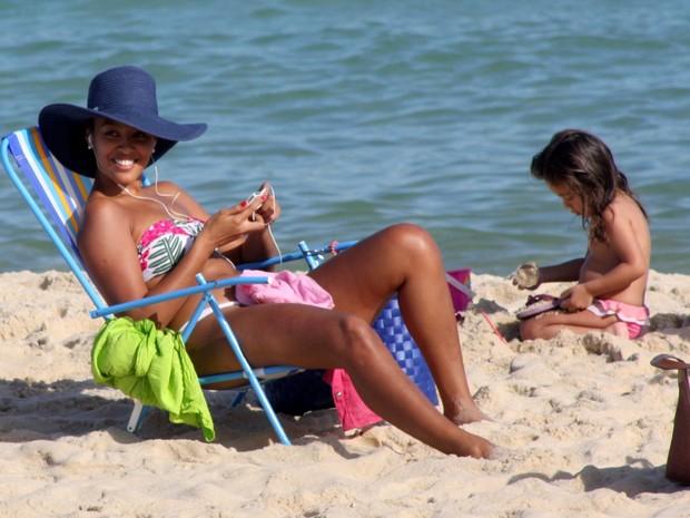 Sheron Menezzes na praia de Ipanema (Foto: JC Pereira / Foto Rio News)