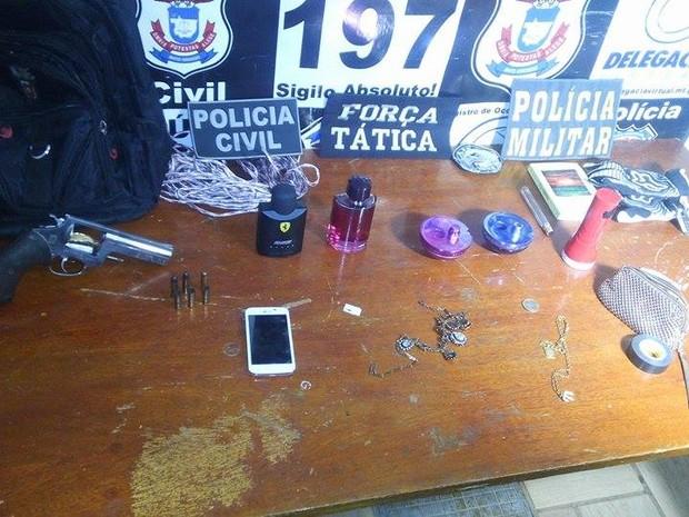 Arma usada no crime e alguns objetos levados da casa da vítima foram recuperados (Foto: Ítalo Berto/ Clique F5)