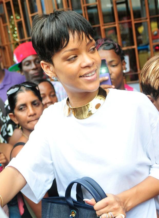 Rihanna encara multidão e faz compras em Barbados [620] (Foto: Agência X17)