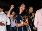 Ex-BBB Jaque Khury deixa barriga definida à mostra em festa