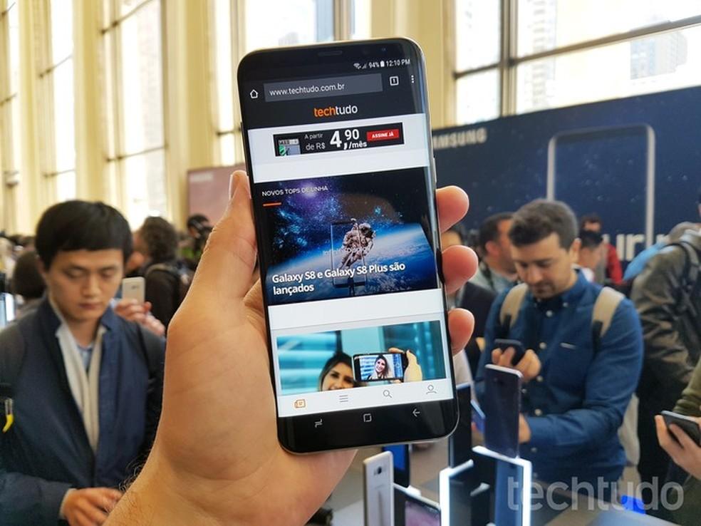 Tela de cinema do Galaxy S8 ocupa toda a parte frontal do aparelho (Foto: Thassius Veloso/TechTudo)