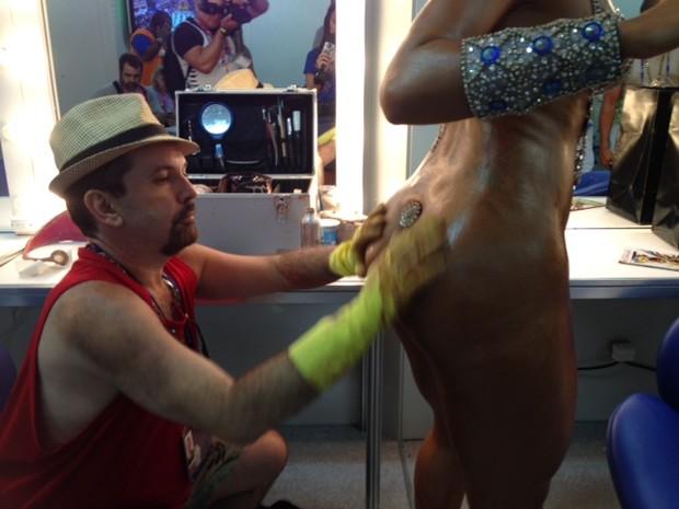 Produtor passa mistura milagrosa em musa (Foto: Lívia Torres/ G1)