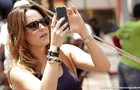 A fotografada vira fotógrafa! Fernanda Vasconcellos também dá seus cliques nos bastidores (Foto: Sangue Bom / TV Globo)