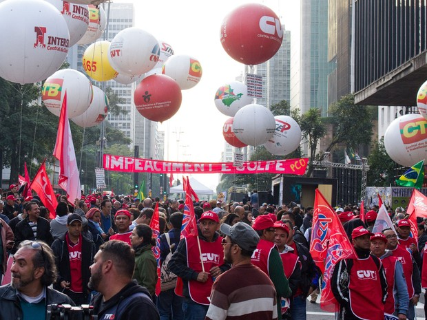 Manifestantes ligados à diversos movimentos sociais, culturais e centrais sindicais participam de ato na Avenida Paulista contra o governo Temer (Foto: Kevin David/Raw Imagem/Estadão Conteúdo)