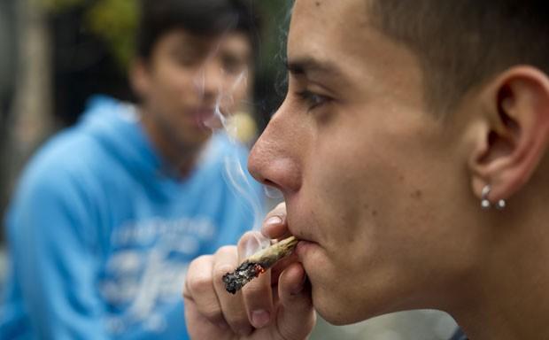 Jovem fuma maconha em demonstração diante do Supremo mexicano no dia 28 de outubro (Foto: Yuri Cortez/AFP)