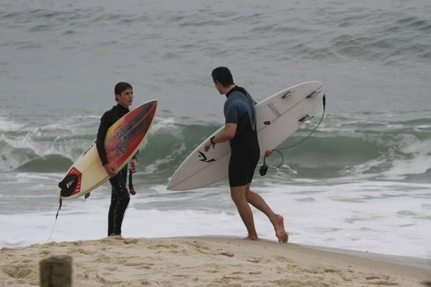 Vladimir Brichta surfa com filho de Adriana Esteves (Foto: Dilson Silva / AgNews)