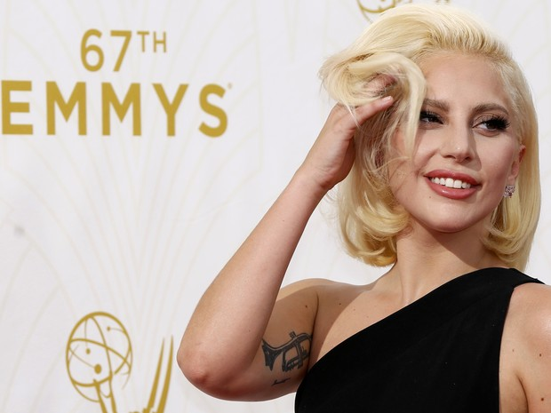 Lady Gaga no tapete vermelho do Emmy Awards 2015 (Foto: REUTERS/Mario Anzuoni)