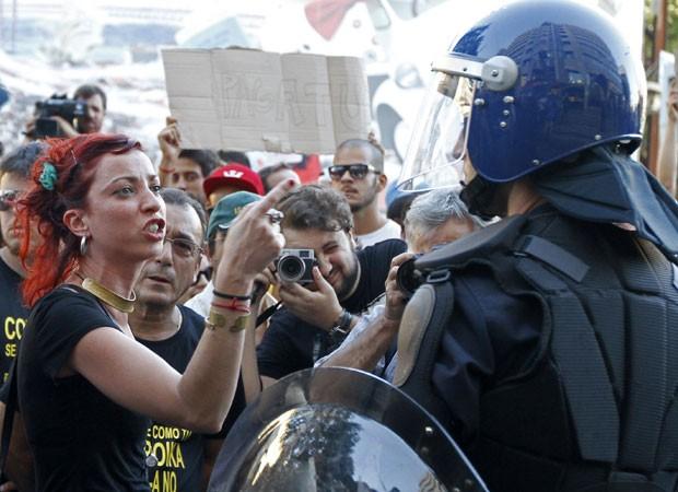 'Saia daqui! FMI é fome e miséria!', dizem cartazes contra Executivo português (Foto: Jose Manuel Ribeiro/Reuters)