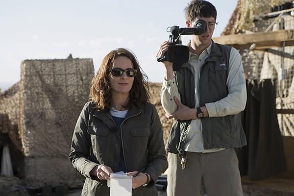 Tina Fey e Nicholas Braun em Uma Repórter em Apuros (Foto: Divulgação)