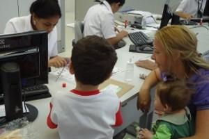 Priscila Donzelli feliz com os filhos ao conseguir tirar a carteira de identidade no Poupatempo de Sorocaba, SP (Foto: Viviane Gonçalves/ G1)