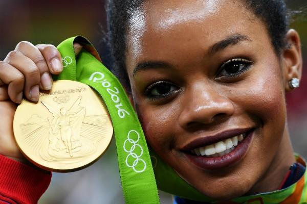 A ginasta americana Gabrielle Douglas com a medalha de ouro da competição por equipes, nos Jogos do Rio (Foto: Getty Images)