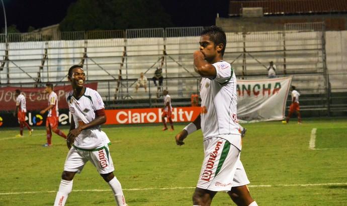 Fabrício Carvalho, cabofriense x bangu Carioca (Foto: Andreia Maciel)