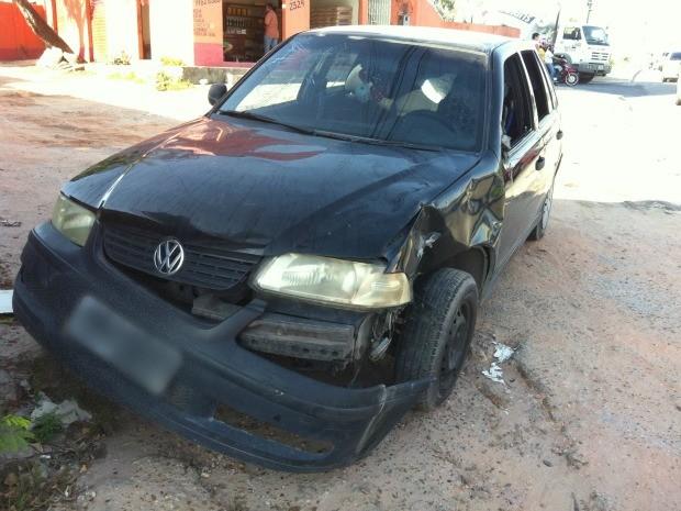 Carro ficou danificado após choque com moto em Manaus (Foto: Camila Henriques /G1 AM)