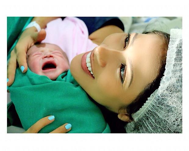 Simaria com o filho ainda na sala de parto. (Foto: Divulgação)