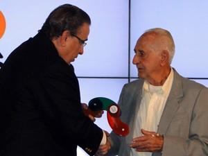 José Pio recebeu o prêmio das mãos do vice-governador (Foto: Raquel Freitas/G1)