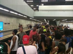 Estação Estácio do Metro Rio ficou cheia com pessoas indo para praia (Foto: Matheus Rodrigues/ G1)
