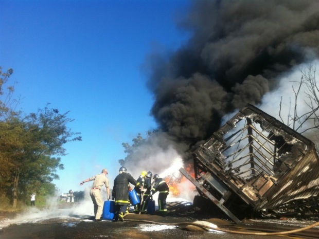 Bombeiros levaram três horas para conseguir controlar o incêndio (Foto: Michelli Arenza/RPCTV)