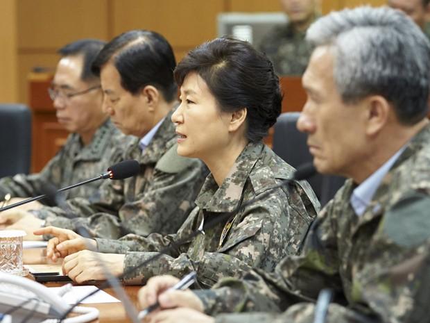 A presidente da Coreia do Sul, Park Geun-hye, fala durante sua visita a posto de comando militar em Yongin, na sexta (21) (Foto: Reuters/the Presidential Blue House/Yonhap)