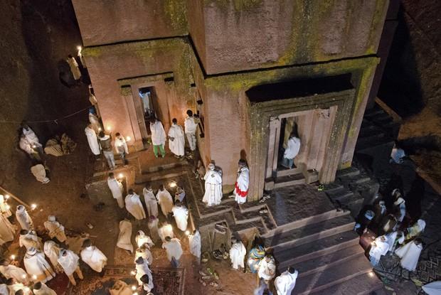 No pátio em frente à Bet Giyorgis (São Jorge), sacerdotes preparam-se para entrar na igreja para a missa da meia-noite (Foto: © Haroldo Castro/Época)