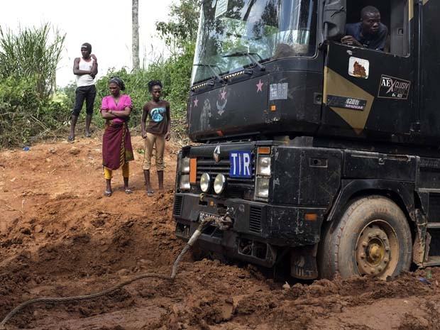 Veículo entregando suprimentos atola na lama em Gueckedou, na Guiné, no sábado (22). O vizinho Mali confirmou um novo caso de Ebola e disse que outros dois pacientes suspeitos realizam exames, aumentando a preocupação com uma propagação da doença (Foto: Jerome Delay/AP)