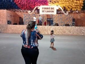 Aos quatro anos, Mariana conheceu o Parque do Povo na abertura do São João de 2015 (Foto: Taiguara Rangel/G1)