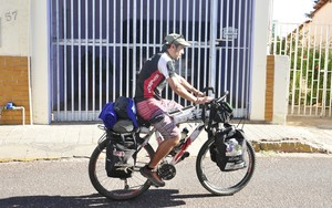 Chileno pedalou 3.800 Km para chegar a Cuiabá (Foto: Christian Guimarães)