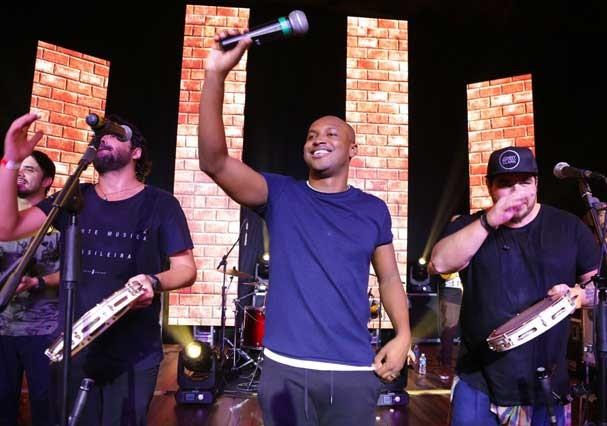 Thiguinho canta com o grupo Atitude 67 (Foto: Divulgação)