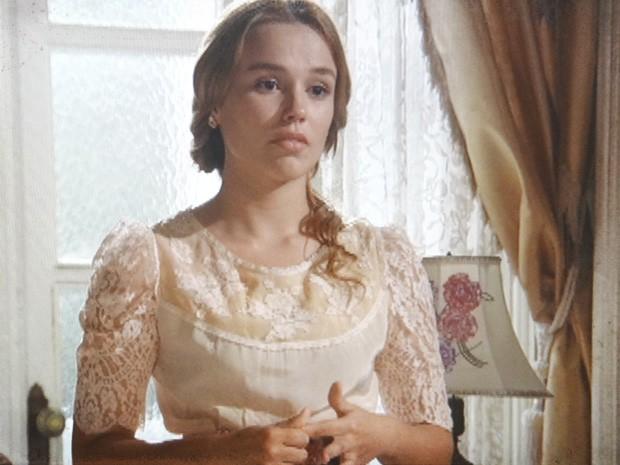 Alice pensa em dar uma chance para Gustavo (Foto: Lado a Lado/TV Globo)