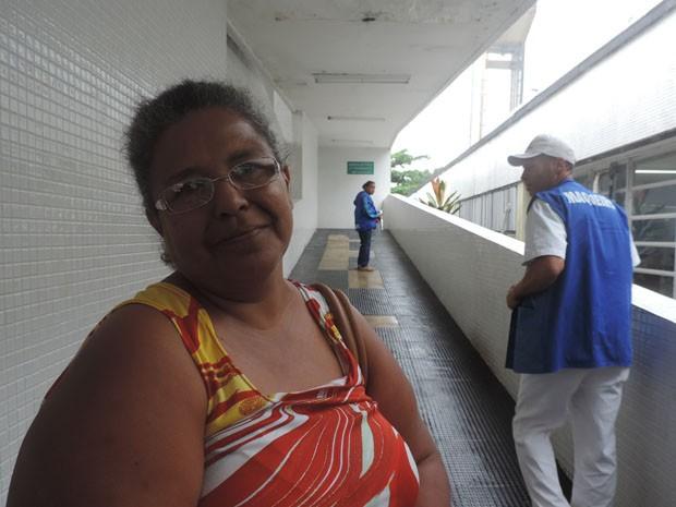 Dulcilene de Melo levou o marido para trocar a sonda - espera ultrapassava três horas (Foto: Katherine Coutinho/G1)