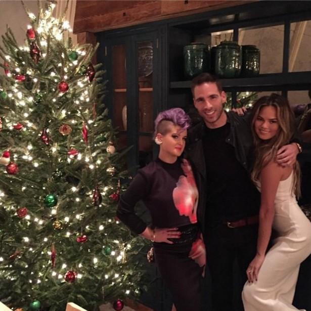 A supermodelo Chrissy Teigen adorou receber a visita da apresentadora Kelly Osbourne em sua casa enfeitada com essa super-árvore. (Foto: Instagram)