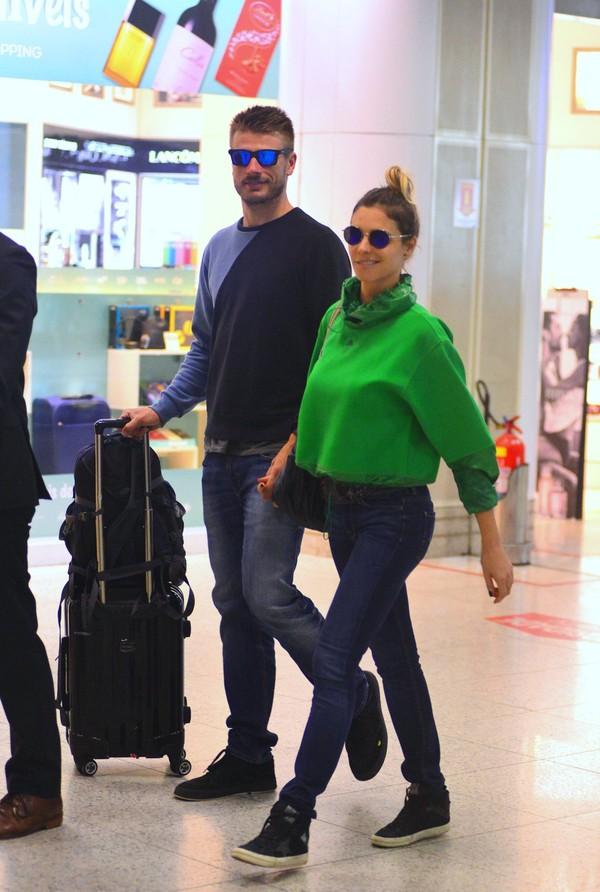 Fernanda Lima e Rodrigo Hilbert embarcam em aeroporto no Rio