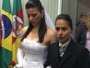 Casal gay foi o último a entrar no local do evento (Foto: Estêvão Pires/G1)