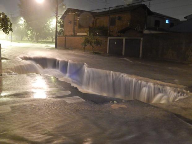 Força da água abriu crateras em Rio Claro (Foto: Iuri David Antonio)