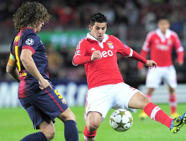 Puyol e Nolito, Barcelona e Benfica (Foto: Agência AFP)